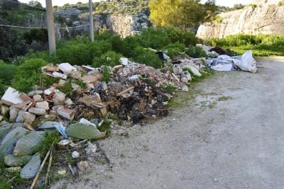 5 - Una delle discariche abusive, nei pressi di Cava Ispica