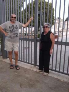 I visitatori in attesa dell'apertura dei cancelli del cimitero