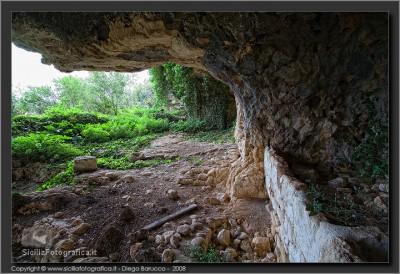 3a - Un riparo paleolitico, perfettamente immerso nella natura