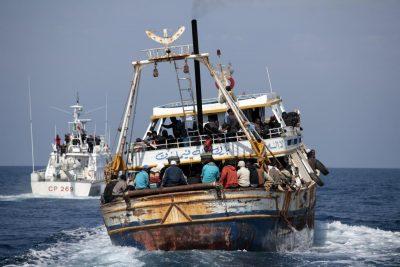 Guardia Costiera / LaPresse 19-04-2011 Lampedusa Cronaca Lampedusa, nuovi sbarchi di immigrati Nella foto: le operazioni di salvataggio DISTRIBUTION FREE OF CHARGE - NOT FOR SALE