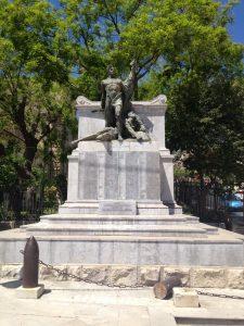 Il-monumento-ai-Caduti-vandalizzato