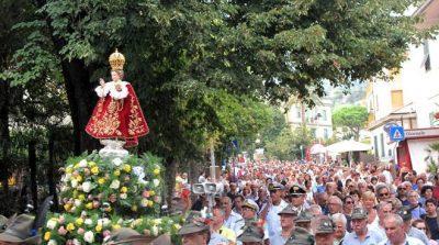 Il simulacro del Gesù Bambino di Praga in processione