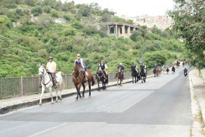 I cavalieri lungo la circonvallazione di Ibla