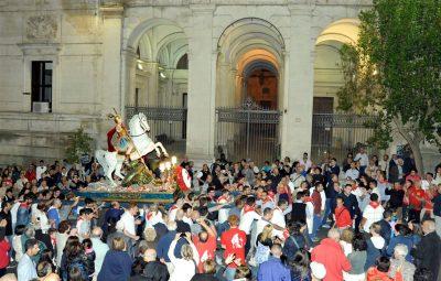San Giorgio 2015 dinanzi a palazzo di Città