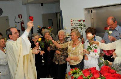 Santa Rita le rose distribuite ai volontari