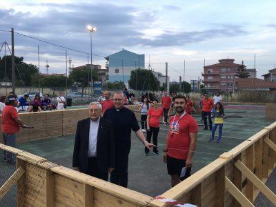 Don Guarneri e don Russelli nel campo del calcio balilla umano