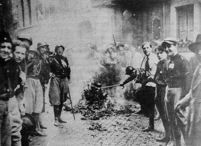 squadristi che bruciano libri e documenti