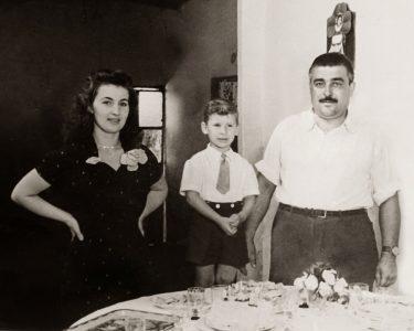 Festa per il 5° compleanno di Giovanni Tidona in Argentina, con i genitori Elisabeth e Carmelo, 1956 (Collezione Giovanni Tidona)